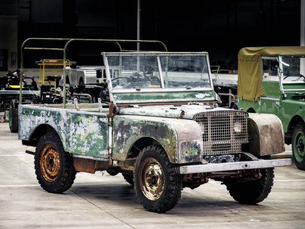 La prima Land Rover della storia ritrovata in un prato nel Galles